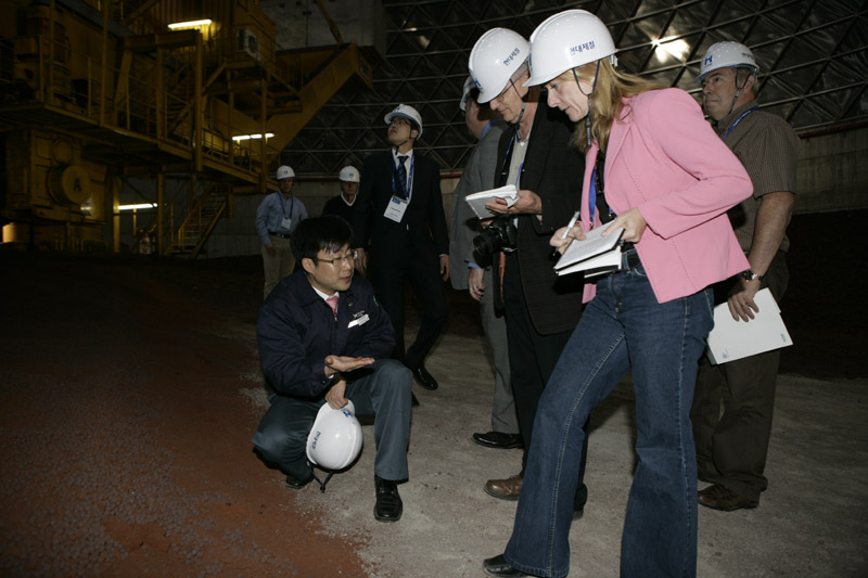 Hyundai technician explains iron ore making process to Canadian journalists